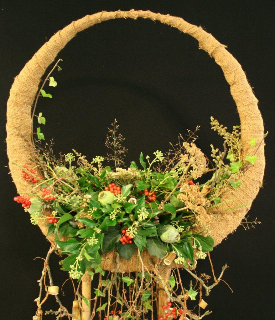 Lauwerkrans met wilde bloemen